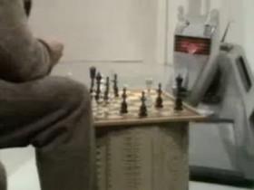 K9 und ein Schachspiel